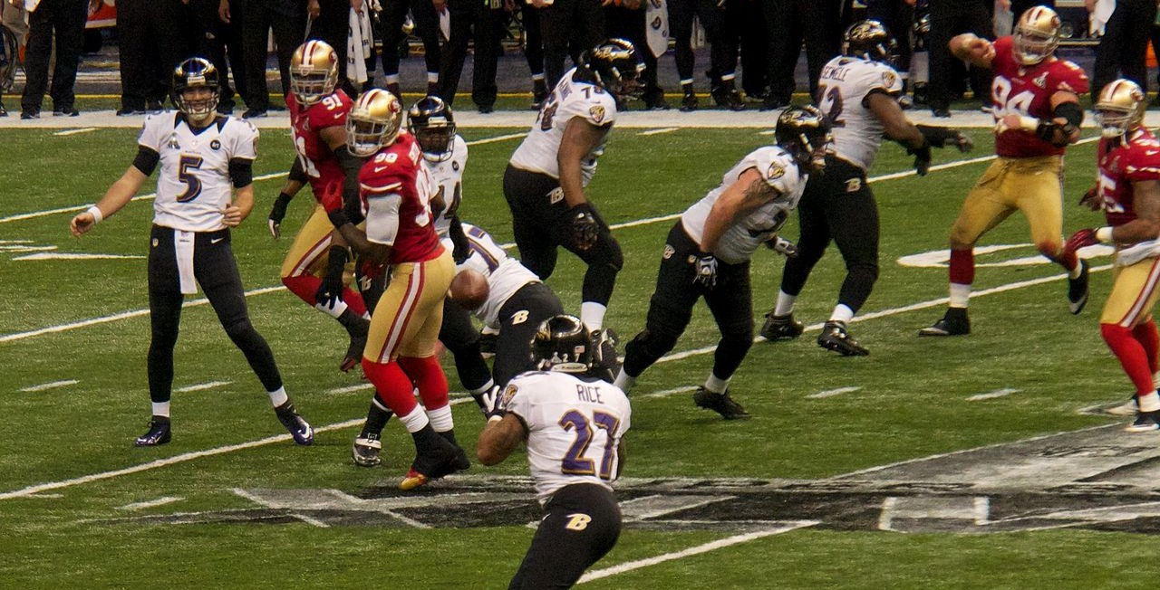 1280px-Joe_Flacco_passes_to_Ray_Rice_in_Super_Bowl_XLVII.jpg